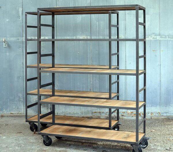 industrile ijzeren winkelkast display presentatiekast op wielen met dwarsliggers vintage stelling kast metalen frame met dwarsgezaagde houten delen op